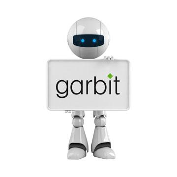 Roboter mit Tafel und Logo als Symbol für automatische Software Programme (Bots)